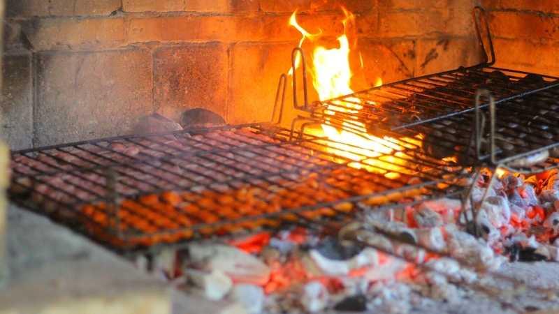 cocinando las salchichas y las morcillas