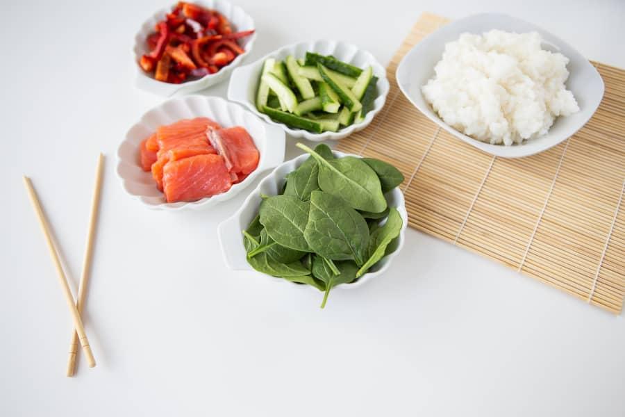 Preparación de ingredientes para nigiri sushi
